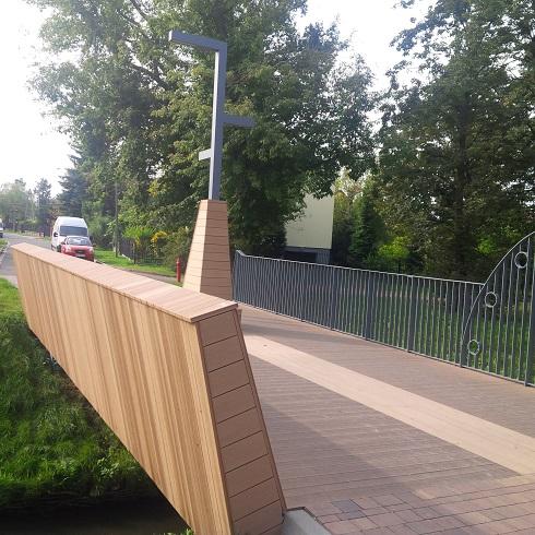 Most wykończony kompozytem drewna