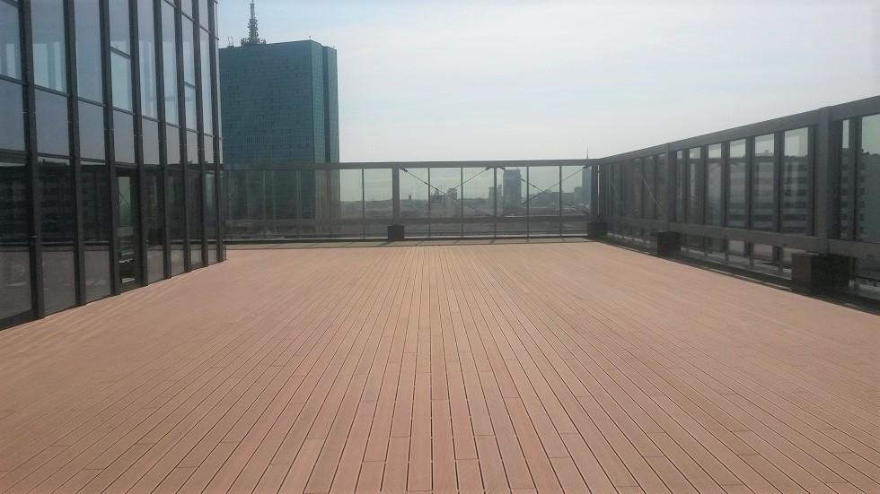 Taras na dachu biurowca z kompozytu drewna