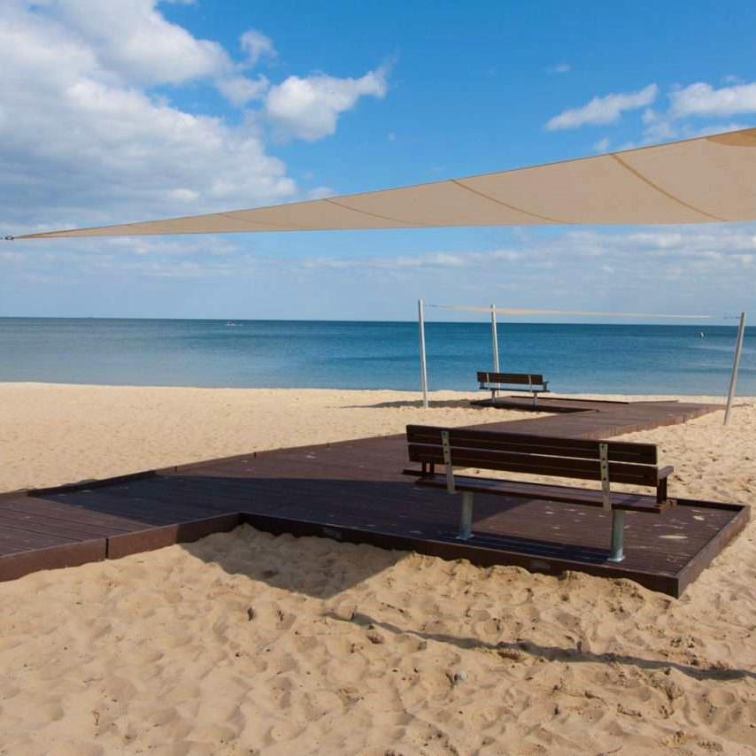 Promenada z kompozytu na plaży