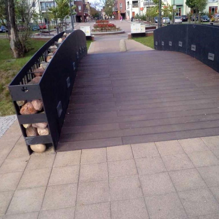 Most z kompozytu drewna komponuje się z otoczeniem