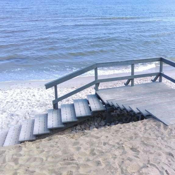 Odporne na ścieranie zejście na plażę z kompozytu drewna.