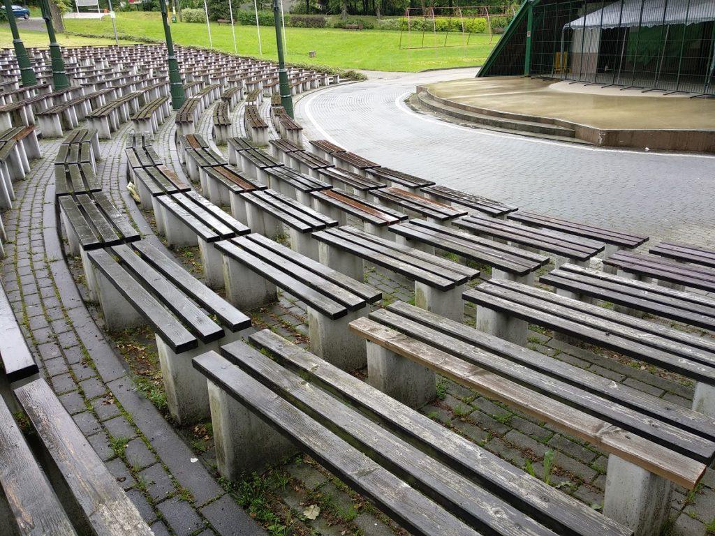 Ławki miejskie z kompozytu drewna